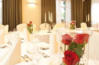 Rosen und Kerzenständer Hochzeitsdeko auf Tisch