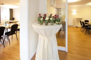 Tisch mit Rosendeko
